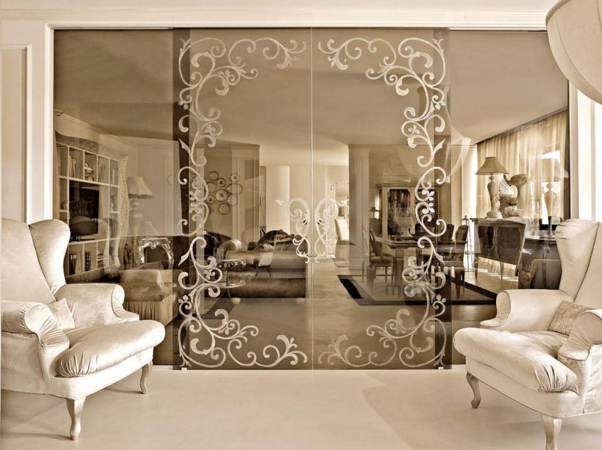 Светопрозрачная перегородка и итальянская мебель в интерьере в римском стиле