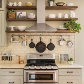 Что хранить на открытых полках в кухне?